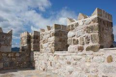 Merlons de la fortaleza antigua Foto de archivo libre de regalías