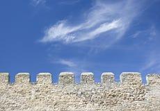 Merlons de uma parede velha da fortaleza Fotografia de Stock Royalty Free