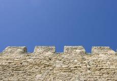 Merlons de uma parede velha da fortaleza Fotografia de Stock
