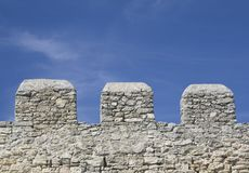 Merlons de una pared vieja de la fortaleza Imagen de archivo
