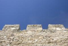 Merlons de una pared vieja de la fortaleza Imagen de archivo libre de regalías