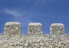 Merlons einer alten Festungswand Stockbild