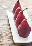 Merlot-tjuvjagade päron på plattan arkivbild