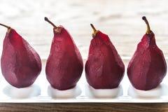 Merlot-tjuvjagade päron på plattan arkivfoto