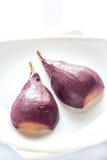 Merlot-tjuvjagat päron på plattan arkivbild
