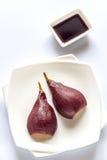 Merlot-tjuvjagat päron på plattan royaltyfri fotografi