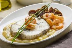 Merluches avec des crevettes et des palourdes Images stock