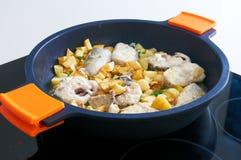 Merluches avec des pommes de terre et des becs d'ancre Photo libre de droits