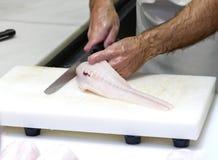 Merluches fraîches à un marché de poissons Photos libres de droits