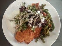 Merluches pannées, haricots verts et salade Photos stock