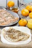 Merluzzo al forno sul piatto bianco Immagine Stock