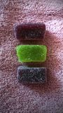 Mermelada coloreada en azúcar fotografía de archivo
