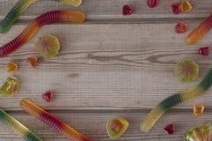 Mermelada colorida en fondo de madera Foto de archivo