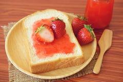 Mermelada de fresa con pan Fotografía de archivo libre de regalías
