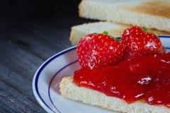 Mermelada de fresa en tostada imagen de archivo