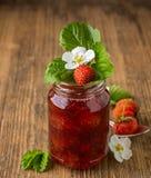 Mermelada de fresa hecha en casa en un vidrio Imagenes de archivo