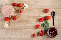 Mermelada de fresa hecha en casa tradicional en tarros, adornados con el franco Foto de archivo
