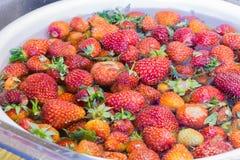 Mermelada de fresa que cocina lavarse de las fresas de la preparaci?n Foto de archivo