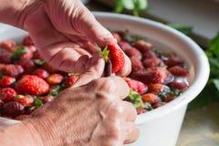 Mermelada de fresa que cocina lavarse de las fresas de la preparaci?n Fotografía de archivo libre de regalías