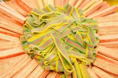 Mermelada multicolora deliciosa de la fruta caramelos brillantes malsanos en bulto diverso cierre de la foto de la jalea dulces s imagenes de archivo