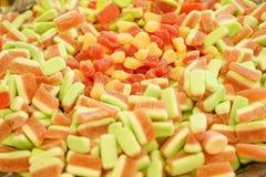 Mermelada multicolora deliciosa de la fruta caramelos brillantes malsanos en bulto diverso cierre de la foto de la jalea dulces s fotografía de archivo