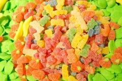 Mermelada multicolora deliciosa de la fruta caramelos brillantes malsanos en bulto diverso cierre de la foto de la jalea dulces s imagen de archivo