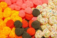 Mermelada multicolora deliciosa de la fruta caramelos brillantes malsanos en bulto diverso cierre de la foto de la jalea dulces s imagen de archivo libre de regalías