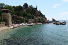 Mermerli海滩和餐馆有城市墙壁的在Antalyas Oldtown Kaleici,土耳其 库存图片