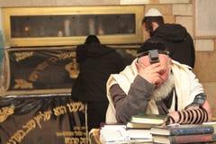MERON, ИЗРАИЛЬ - 29-ое декабря 2015: Правоверные евреи pary в усыпальнице равина Shimon запирают Yochai, в Meron, Израиль Еврейск Стоковое Изображение RF