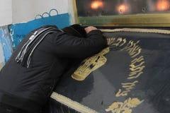 MERON, ИЗРАИЛЬ - 29-ое декабря 2015: Правоверные евреи pary в усыпальнице равина Shimon запирают Yochai, в Meron, Израиль Еврейск Стоковое Фото