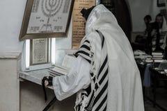 MERON, ISRAEL - 29 de dezembro de 2015: Judeus ortodoxos pary no túmulo do rabino Shimon Bar Yochai, em Meron, Israel Homem judai Fotografia de Stock