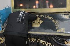 MERON ISRAEL - December 29, 2015: Ortodoxa judar som är pary i gravvalvet av rabbinen Shimon Bar Yochai, i Meron, Israel Slågen i Royaltyfria Foton