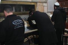 MERON IZRAEL, Grudzień, - 29, 2015: Ortodoksalni żyd pary w grobowu rabin Shimon Zakazują Yochai, w Meron, Izrael Żydowski mężczy Obrazy Stock