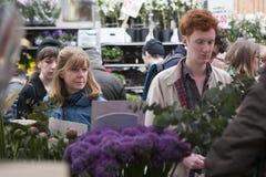 Merrick aktor skóry, kupuje kwiaty przy Colambia kwiatu rynkiem Obraz Royalty Free