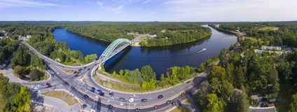 Merrimack河在Tyngsborough, MA,美国 免版税图库摄影
