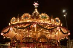 Merry-go-round das crianças no mercado do Natal imagem de stock