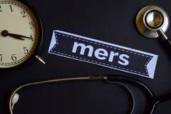 Mers на бумаге печати с воодушевленностью концепции здравоохранения будильник, черный стетоскоп стоковые фотографии rf