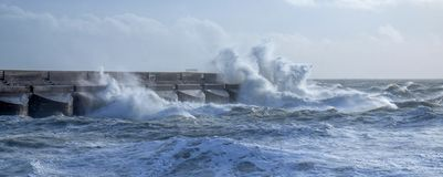 Mers agitées se brisant contre le mur de habour de Brighton Marina, Royaume-Uni photos libres de droits