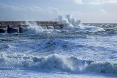 Mers agitées se brisant contre le mur de habour de marina de Brighton photos stock