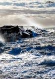 Mers agitées se brisant contre le mur de habour de marina de Brighton, un solit images stock