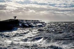 Mers agitées se brisant contre le mur de habour de marina de Brighton, un solit images libres de droits