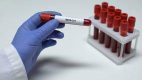 MERS-CoV, medico che mostra campione di sangue in tubo, ricerca del laboratorio, controllo di salute video d archivio