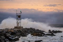 Mers orageuses au coucher du soleil Image libre de droits