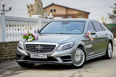 Mersedes AMG som dekoreras för att gifta sig, går Arkivfoton