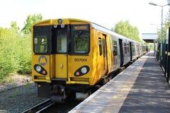 Merseyrail elektriskt drev i den Ormskirk stationen Arkivfoton