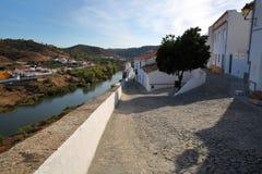 MERTOLA, PORTUGAL: Vista das casas whitewashed e do rio Guadiana imagem de stock royalty free