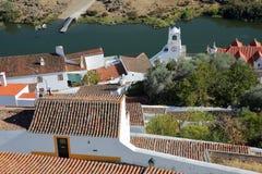 MERTOLA, PORTUGAL: Vista dos telhados e do rio Guadiana do castelo imagem de stock royalty free