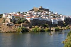 MERTOLA, PORTUGAL: Vista geral da vila fortificada do banco oposto do rio Guadiana fotografia de stock royalty free