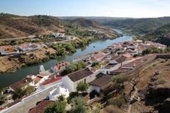 MERTOLA, PORTUGAL: Vista geral da vila fortificada e dos montes circunvizinhos do castelo fotos de stock royalty free