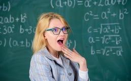 Merveille de professeur au sujet de résultat Connaissances de base d'éducation d'école Résolvez la tâche de mathématiques Vous sa photographie stock libre de droits